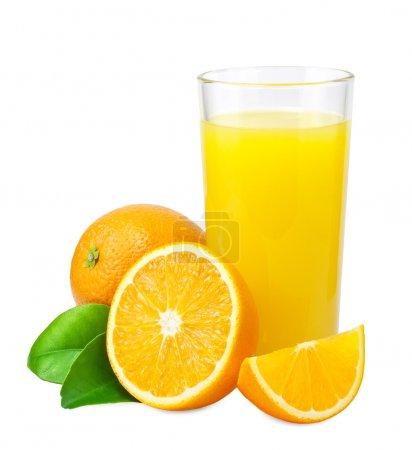 Photo pour Jus d'orange et oranges avec des feuilles sur fond blanc - image libre de droit