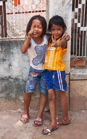 Photo pour Siem reap Cambodge 31 mars : deux jeunes filles posant dehors le 31 mars 2013 à siem reap au Cambodge. l'UNICEF a désigné le pays plus minée au Cambodge le troisième dans le monde. - image libre de droit