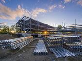 Baustelle für Geschäftshaus bei Sonnenuntergang
