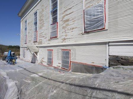 Photo pour Enlèvement de peinture au plomb sur une ancienne voie d'évitement - image libre de droit