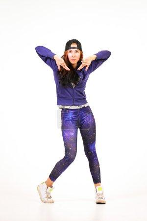 Photo pour Adolescente rousse faisant une danse différentes étapes - image libre de droit