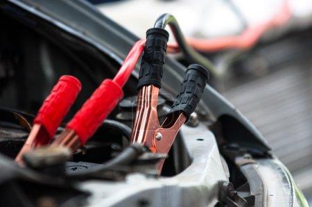 Photo pour Chargement de la voiture avec des câbles d'alimentation électrique - image libre de droit