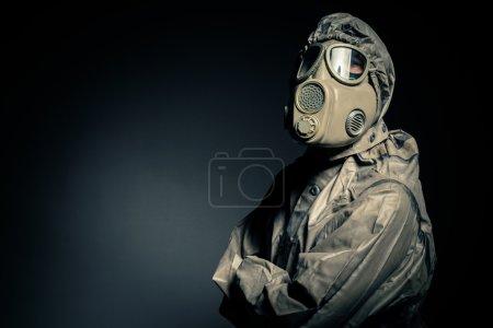 Photo pour Homme en costume de protection sur fond noir - image libre de droit