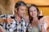 Pár vinaři ochutnávky červené víno
