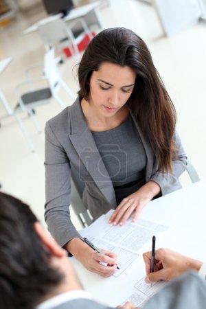 Photo pour Vue supérieure d'entreprise signature de contrat - image libre de droit