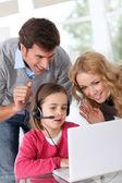 Rodina doma pomocí počítače webkamera