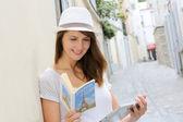 femme dans la rue de paris à la recherche au guide touristique