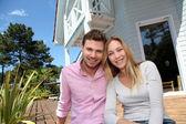A mosolygó pár állt a ház előtt álló
