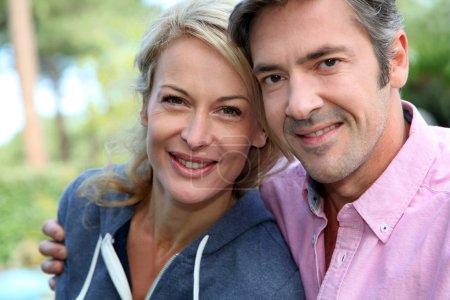 Foto de Retrato de pareja envejecido medio sentado afuera de la casa - Imagen libre de derechos