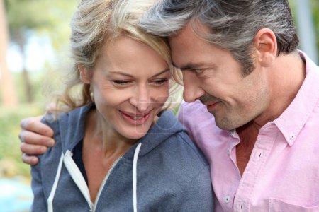 Foto de Retrato de media edad pareja mirándose - Imagen libre de derechos