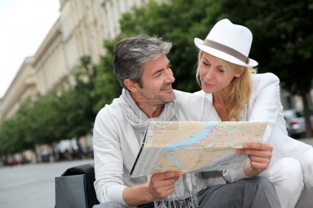 Photo pour Couple âgé moyen, regardant la carte de la ville - image libre de droit