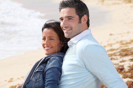 couple de détente sur une plage de sable