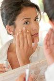 Portrait der schönen Frau Anwendung Anti-Falten-Creme