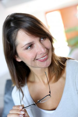 Photo pour Femme brune souriante portant des lunettes - image libre de droit