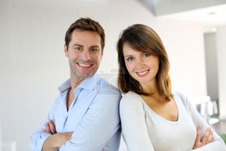 Photo pour Portrait de couple marié debout les bras croisés - image libre de droit