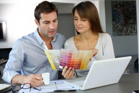 Photo pour Couple de choisir la couleur de peinture pour leur nouvelle maison - image libre de droit