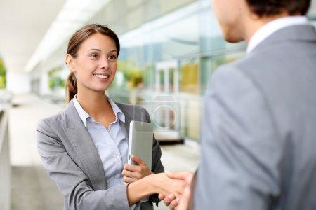 Photo pour Femme d'affaires de serrer la main au partenaire - image libre de droit