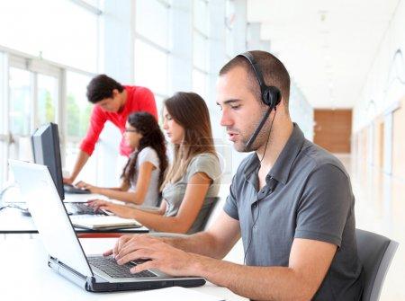 Foto de Empleado de servicio al cliente con auriculares en - Imagen libre de derechos