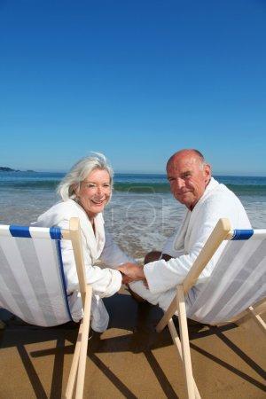 Photo pour Portrait de couple âgé assis dans des chaises longues - image libre de droit
