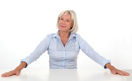 Photo pour Portrait de femme âgée montrant de la satisfaction - image libre de droit