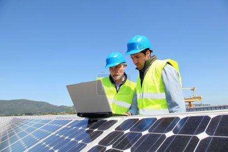 Foto de Ingenieros comprobando la configuración del panel solar - Imagen libre de derechos