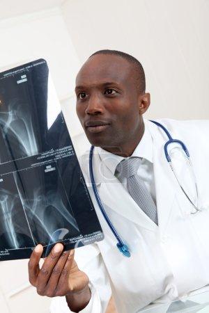 Foto de Doctor comprobación de rayos x - Imagen libre de derechos