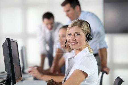 Gros plan de femme blonde avec écouteurs