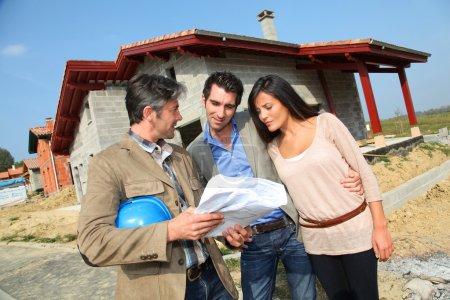 Photo pour Entrepreneur montrant maison en construction à couple - image libre de droit