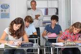 Grupo de estudiantes en el aula