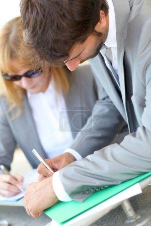 Photo pour Signature de contrat commercial - image libre de droit