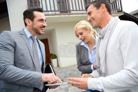 Photo pour Affichage de l'agent-immobilier plan de maison sur tablette numérique - image libre de droit
