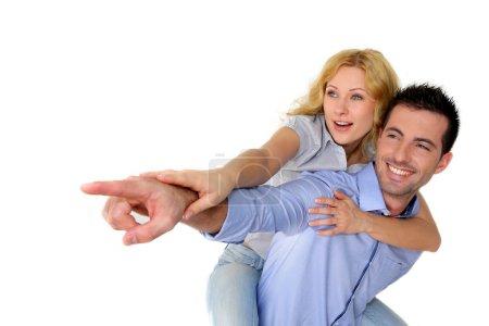 Photo pour Couple gai pointant sur un côté - image libre de droit