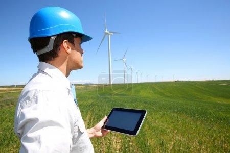 Photo pour Homme d'affaires, le contrôle sur la production d'énergie éolienne turbine - image libre de droit
