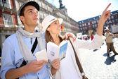 Turisté v la plaza mayor s cestovní průvodce