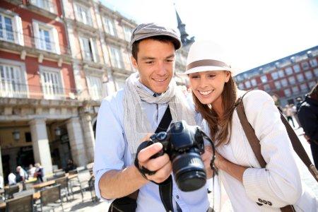 Photo pour Couple regardant des photos de voyage espagnol - image libre de droit