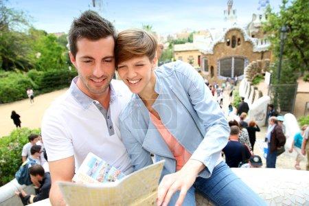 Photo pour Couple à Barcelone lire le guide de voyage - image libre de droit