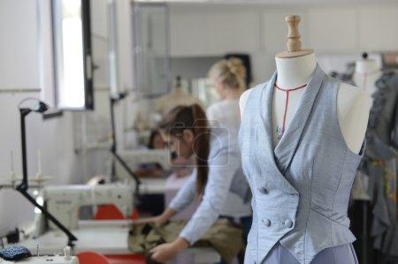 Photo pour Gros plan sur mannequin dans la salle de couture - image libre de droit