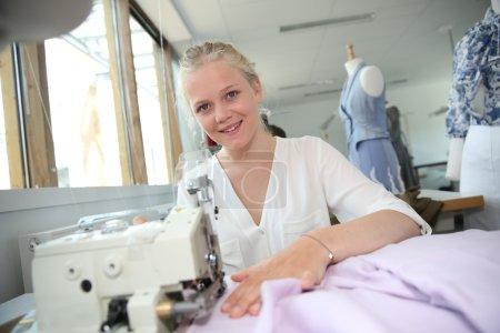 Photo pour Jeune fille en cours de couture - image libre de droit