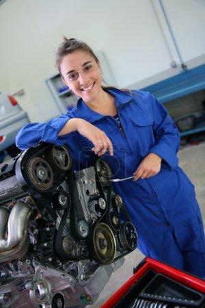 Photo pour Mécanique automobile étudiante fille debout par moteur de voiture - image libre de droit