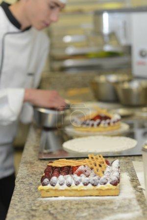 Photo pour Pâtisserie cuisinier étudiant faire gâteau - image libre de droit