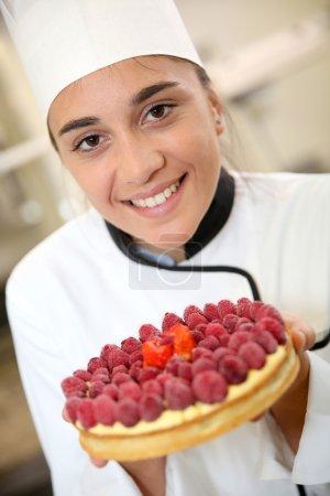 Photo pour Portrait de pâtisserie cuisinière tenant gâteau - image libre de droit