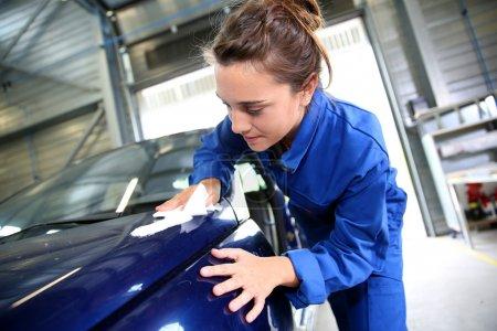 Photo pour Coachbuilding étudiant travaillant sur la voiture en atelier de réparation - image libre de droit