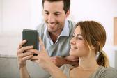 Personnes à la maison à l'aide de smartphone