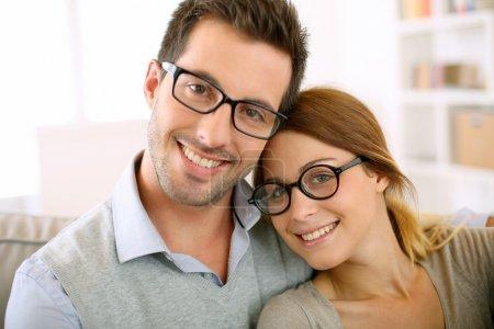 Photo pour Mignon jeune couple avec des lunettes sur - image libre de droit