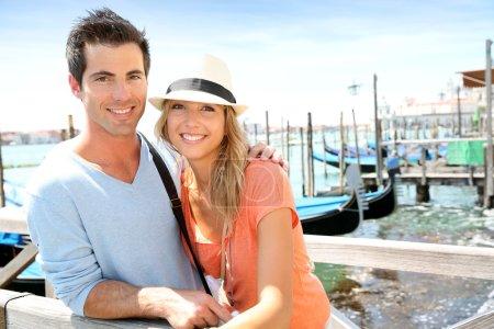 touristes, debout sur le pont à Venise