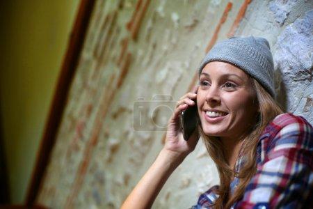 Foto de Niña sentada en la escalera hablando por teléfono inteligente - Imagen libre de derechos