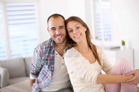 Photo pour Couple heureux amoureux souriant vers la caméra - image libre de droit