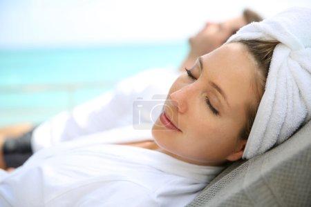 Photo pour Femme détente à l'extérieur spa station - image libre de droit