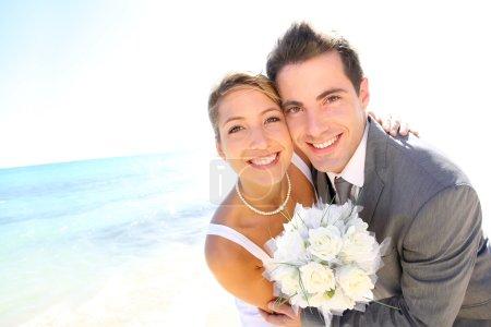 Photo pour Portrait d'un couple marié près de la plage - image libre de droit