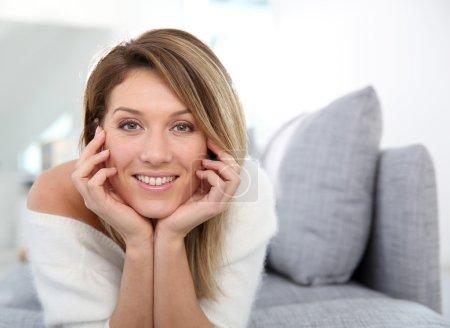 Photo pour Portrait d'âge moyen belle femme mature se détendre à la maison - image libre de droit